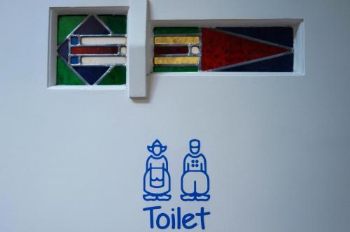 De Bedstee Hotel - Dutch toilet door