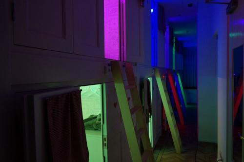 De Bedstee Hotel - View of colored Bedstee capsule
